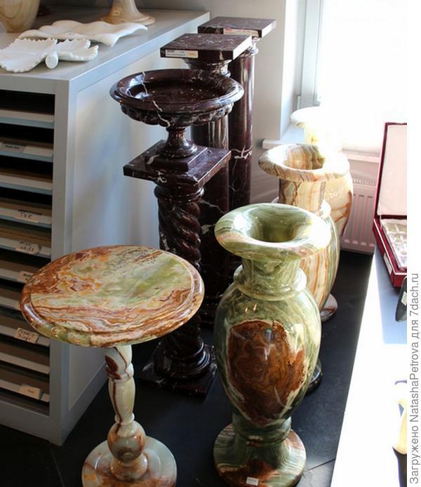 Колонны, пьедесталы и интерьерные вазы из натурального камня. Фото с сайта http://nensy.ru/