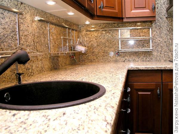 Кухонная столешница и фартук над столом из гранита New Venetian Gold. Из архива камнеобрабатывающей компании Петрополь