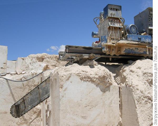 Добыча каменных блоков в современном карьере. Фото с сайта http://www.alerostone.ru