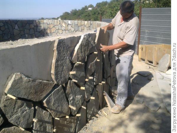 Монтаж камня на клей. Фото с сайта http://azh.kz/