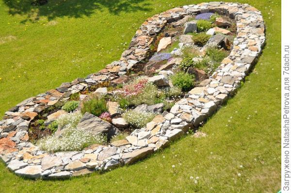 Неудачный дизайн с использованием натурального камня и растений. Фото с сайта http://zoneonegarden.blogspot.ru/