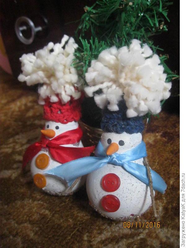 снеговики из лампочек