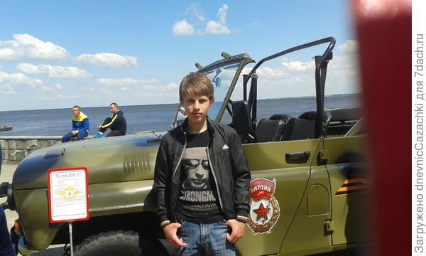 Выставка военной  техники  на набережной Волги.