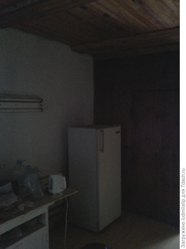 Кухня и вход в будущий санузел и ванну...