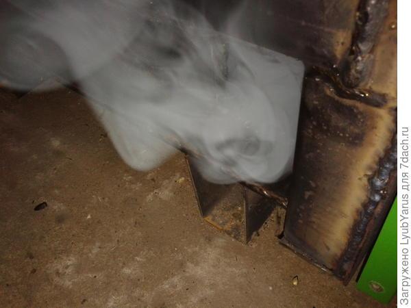 дым из какого то отверстия  в нижней части котла