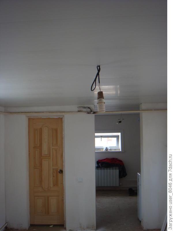выравнили стены и потолок, поставили дверь в туалет. Провели новую проводку