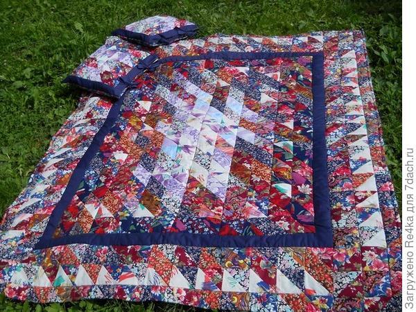 К этому одеялу меня попросили сшить в дополнение две подушки и подарили комплект на день рождения девушке, живущей в одном из городов Псковской области.