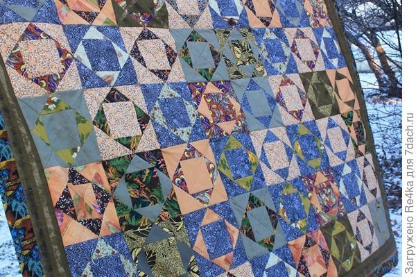 Это одеяло  шила по мотивам осеннего пейзажа, изображённого на картине, которую мне прислал заказчик. Теперь одеяло греет хозяина в Гусе Железном.