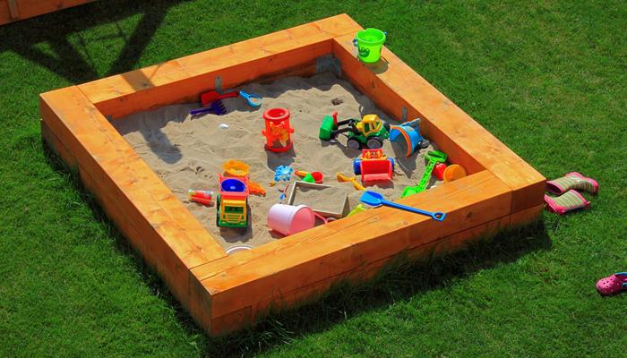 Как построить детскую песочницу своими руками