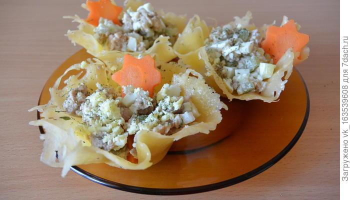 Сырные корзиночки с салатом из печени трески