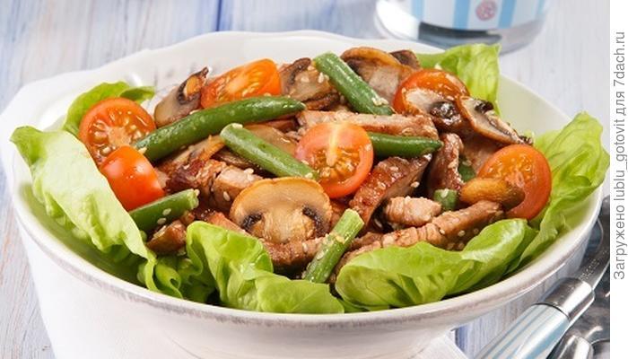 Теплый салат с фасолью и свининой