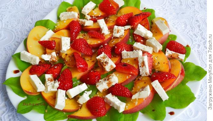 Легкий фруктово-ягодный салатик со шпинатом и сыром фета