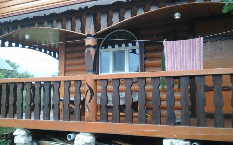 """Это наша банька, построена в 2012 году. Все декоративные узоры из дерева мастер вырезал бензопилой. У него """"золотые руки""""."""