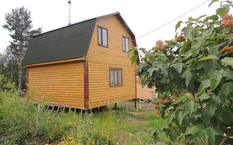Вид дачного дома со стороны участка