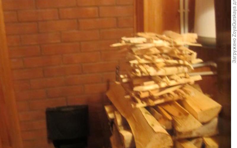 Поднесу я к щепкам спичку, тут же щепки разгорятся. И дрова заполыхают следом с треском и искрой.