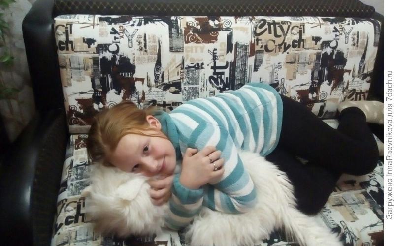 Ребенку нравится уютно расположиться на диване с любимой игрушкой