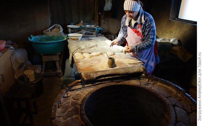 200 лет в этой печи пекут вкусный хлеб и обогревают свое жилище