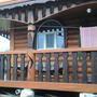 Это наша банька, построена в 2012 году. Все декоративные узоры из дерева мастер вырезал бензопилой. У него «золотые руки».