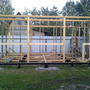 Принцип строительства — это каркасный дом. После установки угловых стоек каркас стен собирал на земле, ставил и крепил.