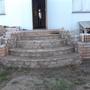 Крыльцо.  Одна из 3-х запланированных стадий крыльца.  Материал: бетон, камень, кирпич, вазоны.  Крыльцо — первые 3 ступени полукругом