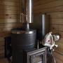 Печь для баньки « Скоропарка Inox Lumina» была выбрана не случайно, а после интернет анализа нынешнего рынка банных печей. Особенность ее в парогенераторе — это « чайник, носик которого присоединен к змеевику вокруг топки». Благодаря этому в баньку выходит перегретый до 400 градусов водный пар. По утверждению производителя (« Термофор») это позволяет создать в баньке приятную атмосферу настоящей русской бани.