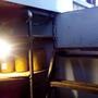 Как оказывается это не просто светильник, это ещё и почти терморегулятор! Хитрость в том, что в погребе для лучшей сохранности продукта должна поддерживаться постоянная температура воздуха. В нашем случае примерно +4. Так вот в сильные морозы, когда даже в таком погребе температура может устремится к нолю, и хранящийся продукт имеет все шансы испортится, так вот для «подогрева» воздуха используется старый, «дедовский» способ - обычная Лампочка накаливания! При помощи которой возможно в самый сильный мороз поддерживать температурный баланс выше нуля градусов.