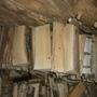 Хранить дрова лучше под навесом, чтобы не промокали