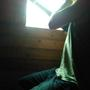 Дальше хозяин бензопилой вырезал «шипы» в оконном проеме, на которые мы и надели выдолбленные бруски, а сверху просто закрепили доску размером 15 см на 5 см. Таким образом, чтобы между получившейся оконной коробкой и оконным проемом остался зазор, который нужно законопатить.