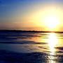 Восходит солнце над замерзшей рекой. Аж глазам больно