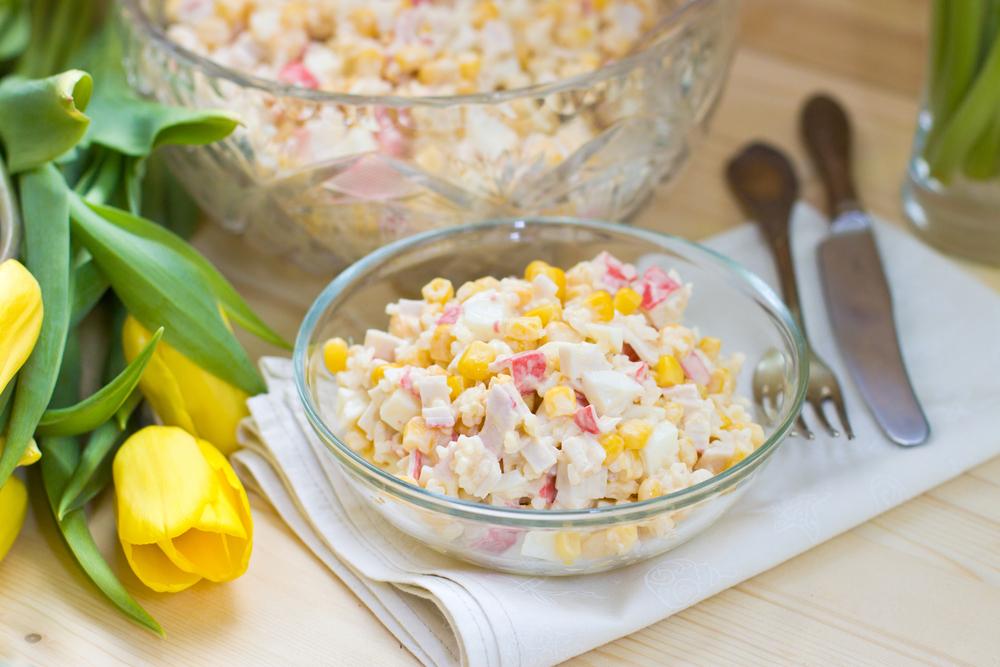 Как сделать крабовый салат с кукурузой без риса