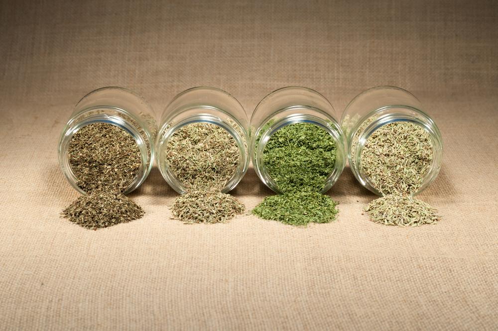 Картинки по запросу В микроволновке можно сушить на зиму зелень, овощи, а также сухарики и орехи