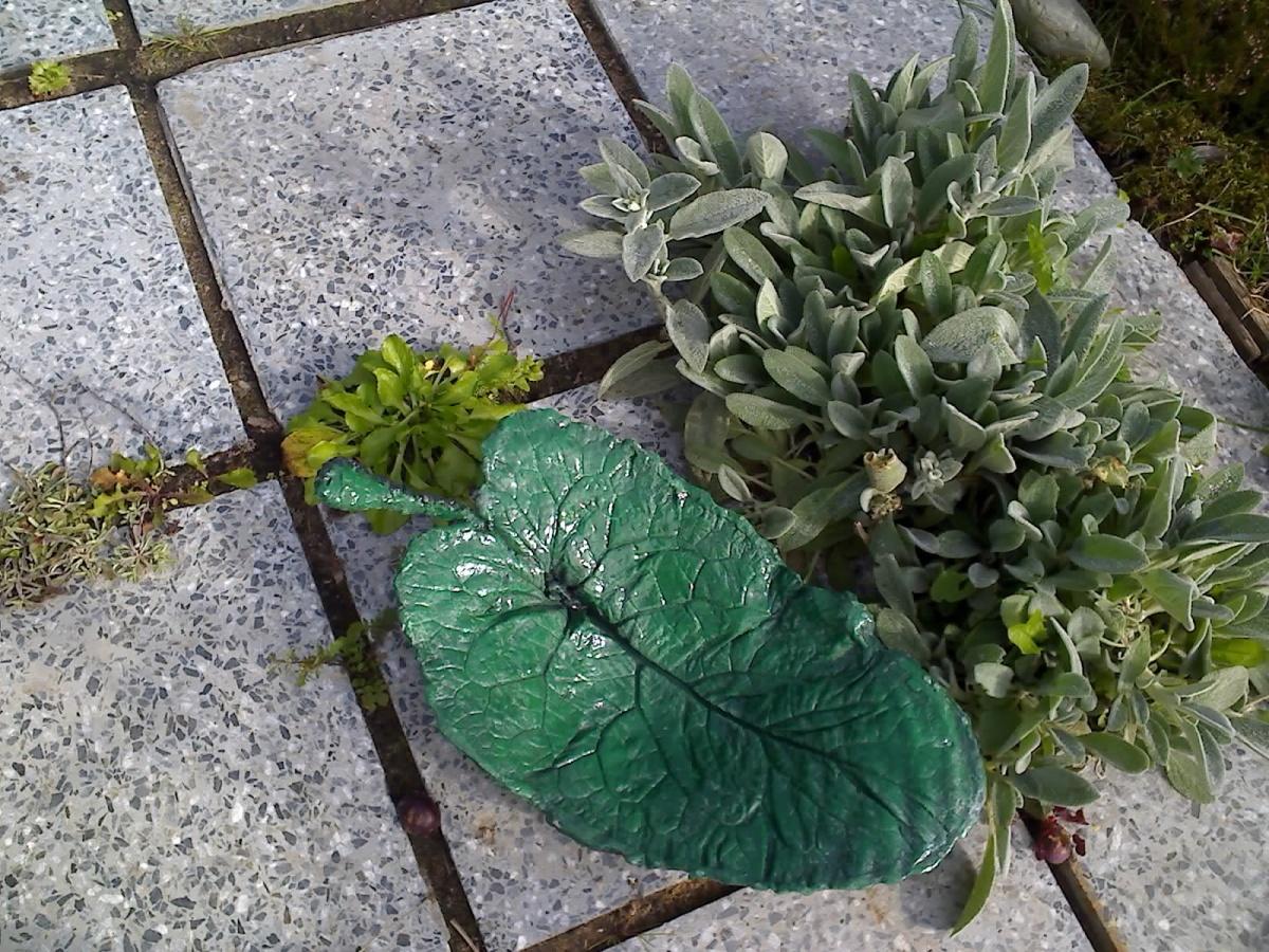 Листья из цемента для сада своими руками фото