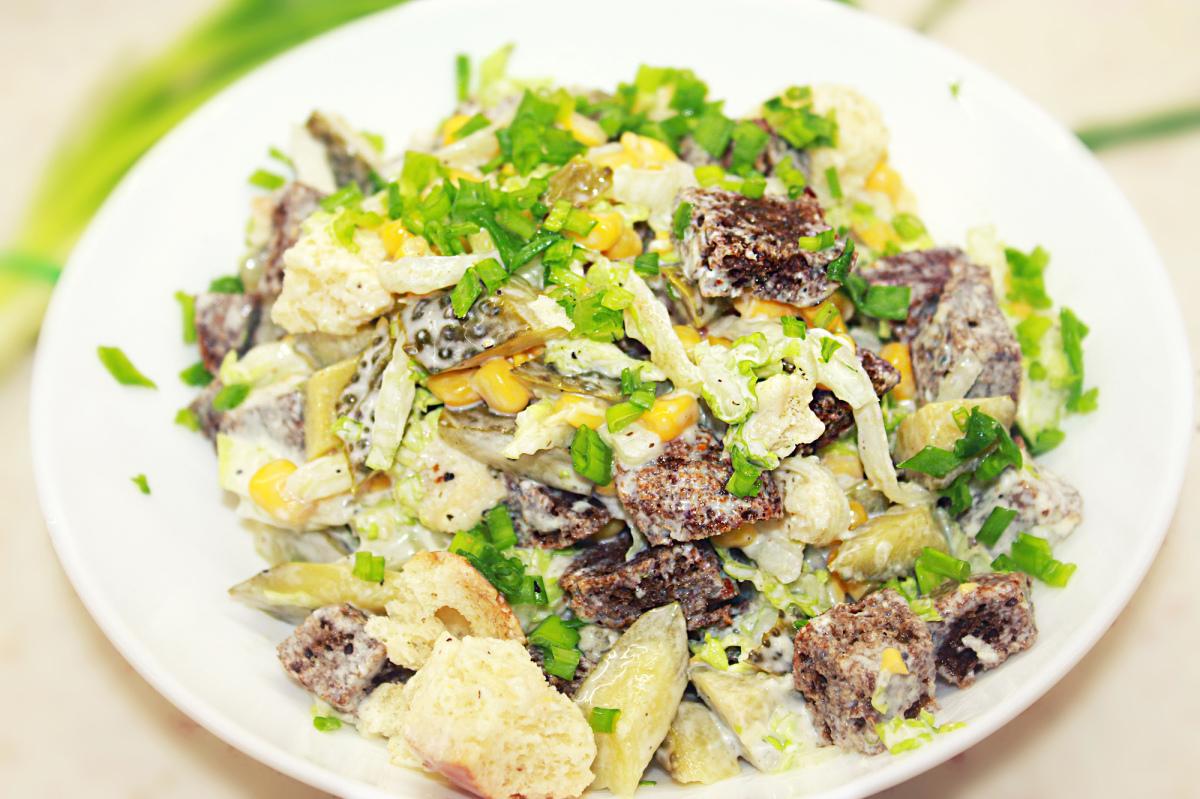 салат с кукурузой и огурцом и сухариками рецепт