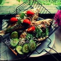 Карп с овощами, запеченный на углях