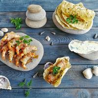 Готовим креветки в беконе и лепёшки на камне: шикарное блюдо для вашей дачи