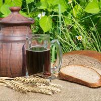 Готовим исконно русский напиток для утоления жажды: 6 необычных рецептов кваса