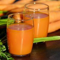 Рецепты здоровья: морковный сок от простуды и ангины