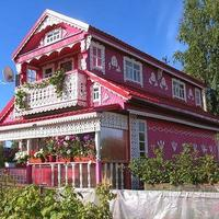 Очень красивый резной домик