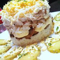 Салат с курицей, грибами и маринованным луком