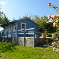 Дачный домик в голубых тонах — уютное местечко для летнего отдыха