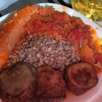 Куриные колбаски в овощном соусе