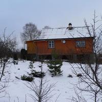 Деревенский дом на склоне холма. Обустройство въезда на участок. Озеленение песчано-гравийной подсыпки