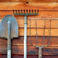 Куда пристроить садовый инструмент