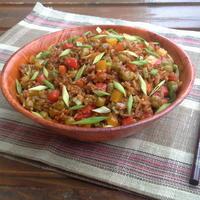Жареный рис с овощами и имбирем в азиатском стиле