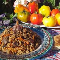 Плов узбекский с бараниной и специями, приготовленный в чугунном казане на дровах
