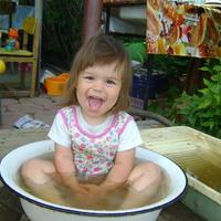 Доча принимает ванну!