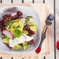 Салат из редиса и молодого картофеля с зеленью и огурцом