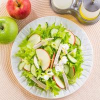 Салат из курицы с яблоком, сельдереем и огурцом