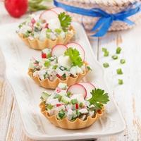 Салат в тарталетках с куриным филе и редисом