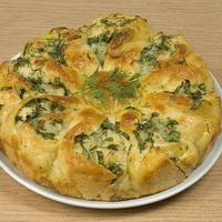 Пирог из дрожжевого теста с брынзой и свежей зеленью